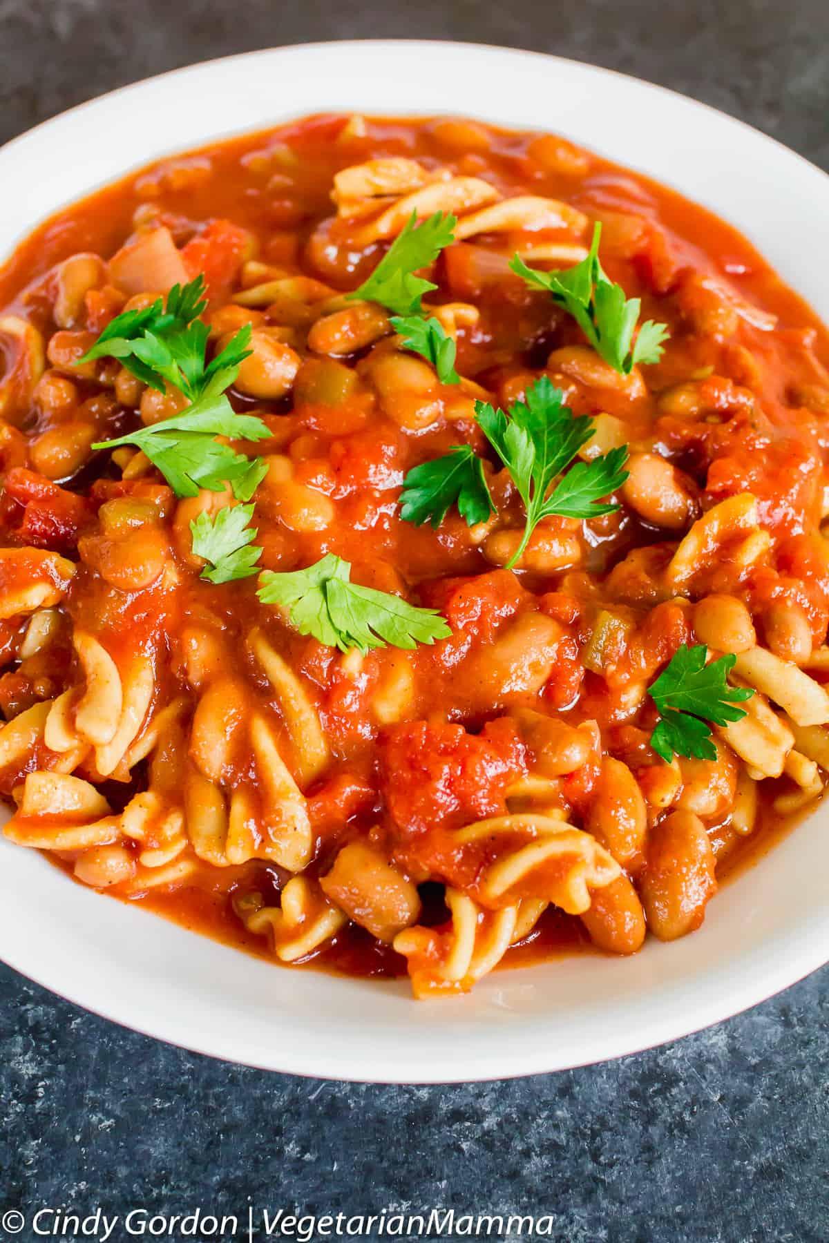 bowl of Vegetarian çhili mac